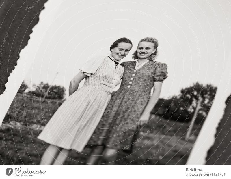 ... schick gemacht! Mensch Mädchen Geschwister Kindheit Jugendliche 2 13-18 Jahre alt Gefühle Stimmung Freude Glück Vertrauen Bild-im-Bild Fotografie antik