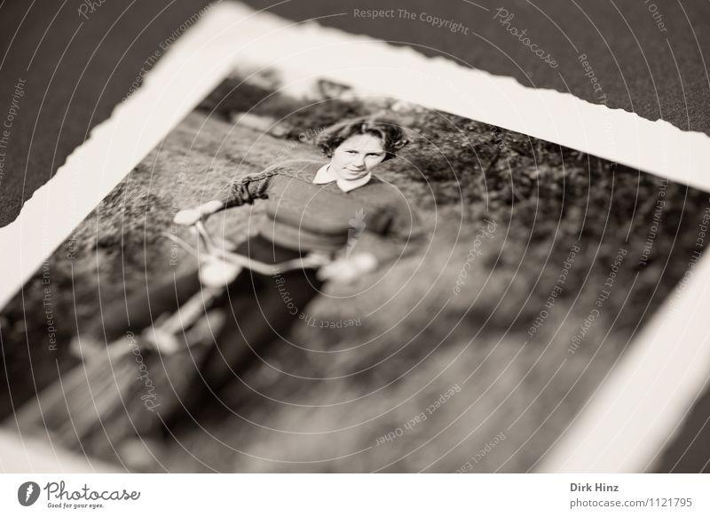Reproduktion eines alten Fotos mit Frau auf Fahrrad feminin Junge Frau Jugendliche 1 Mensch 18-30 Jahre Erwachsene Bild-im-Bild Fotografie antik Vergangenheit