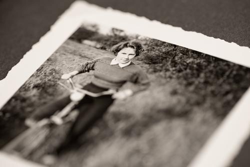 Tante Irmi eröffnet die Fahrradsaison feminin Junge Frau Jugendliche 1 Mensch 18-30 Jahre Erwachsene alt Bild-im-Bild Fotografie antik Vergangenheit früher