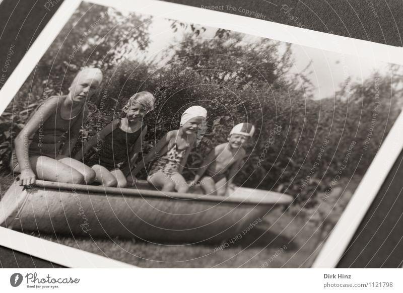 Anbaden! Mensch Kind Kleinkind Geschwister Kindheit 4 Menschengruppe Kindergruppe 3-8 Jahre alt Bild-im-Bild Fotografie antik Vergangenheit Kindheitserinnerung