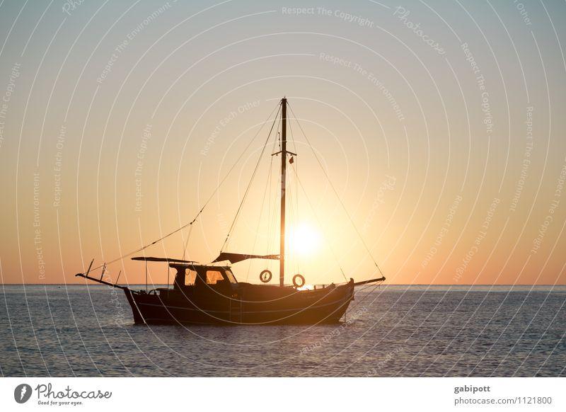 Traumschiff Ferien & Urlaub & Reisen Sommer Erholung Meer ruhig Ferne Küste Freiheit Zufriedenheit Idylle Tourismus Ausflug Abenteuer Pause Wolkenloser Himmel