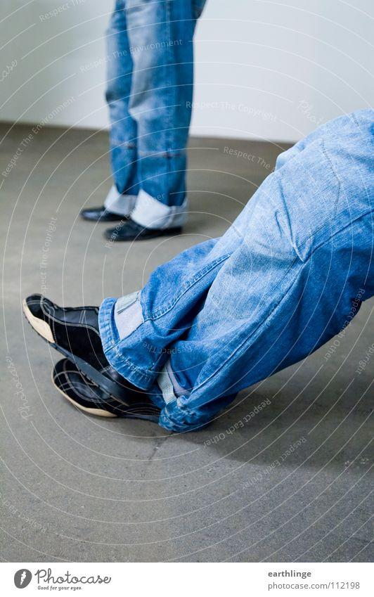 Double Denim Jugendliche blau Erholung grau Paar Schuhe Beine warten Hintergrundbild Beton Bekleidung sitzen Jeanshose paarweise stehen