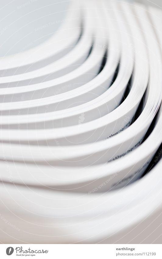 Zwischenseitlich Papier weiß Hochformat geschwungen regelmässig Digitalfotografie mehrere Menschenleer gekrümmt Unschärfe Glätte Furche Verwaltung drucken