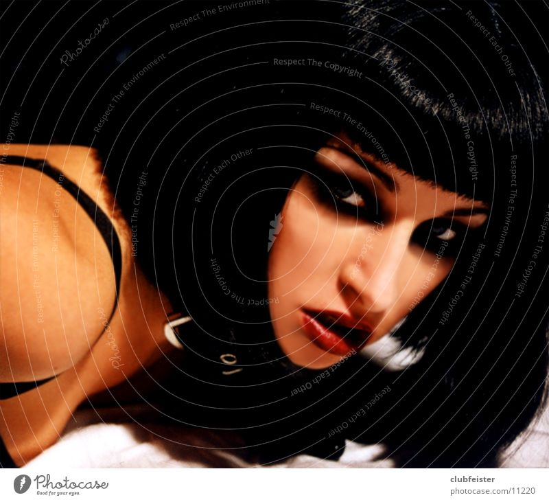 pulp Frau schwarz Unterwäsche schwarzhaarig BH Porträt Halsband geschminkt Biest