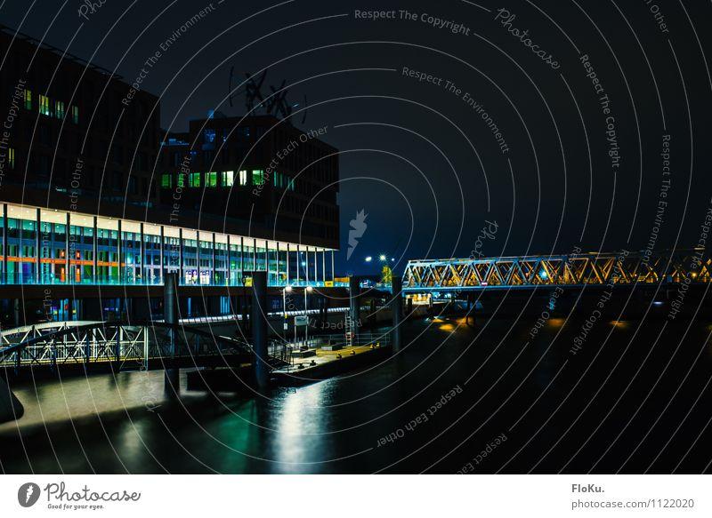 Elbarkaden HafenCity Stadt blau Wasser Haus dunkel Architektur Gebäude Fassade Brücke Hamburg Fluss Bauwerk Schifffahrt Sehenswürdigkeit Anlegestelle Hafenstadt