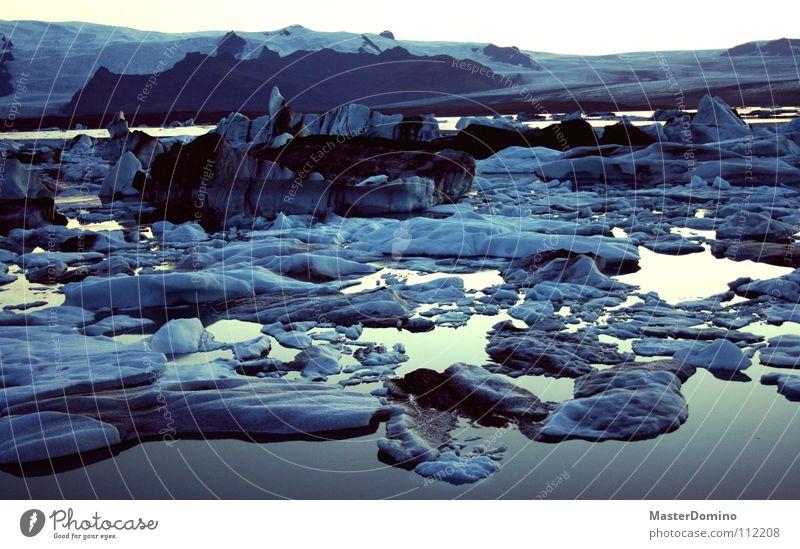 Ich begann... Wasser Himmel blau ruhig schwarz kalt Schnee Berge u. Gebirge Eis dreckig Wind Frost Fluss frieren Island Abenddämmerung