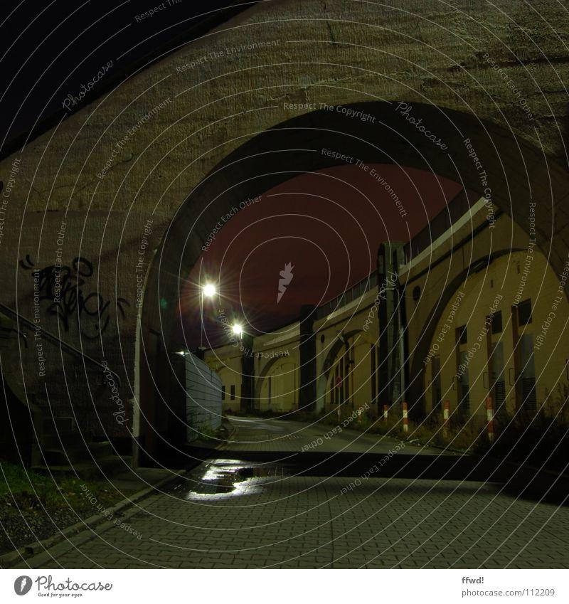 Zwielicht II dunkel Nacht Nachtaufnahme Lampe Laterne Mauer Wand Industrielandschaft Tod Langzeitbelichtung Graffiti Wandmalereien twilight Brücke Treppe