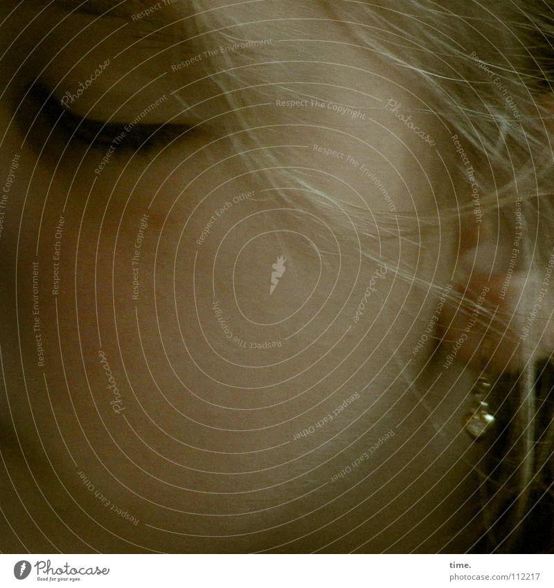 Tagträumerin Gesicht blond schlafen geschlossen Ohr Frieden Wange Ohrringe Siesta Haarsträhne Bahnfahren halbdunkel Ohrmuschel