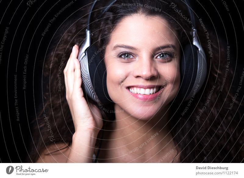 Listening Mensch Frau Jugendliche schön Hand Freude 18-30 Jahre schwarz Erwachsene Gesicht feminin Glück lachen Feste & Feiern Kopf Party