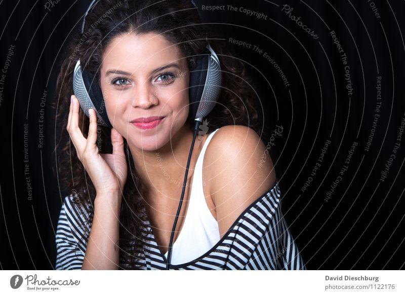 Listening II Mensch Frau Jugendliche 18-30 Jahre schwarz Erwachsene feminin Glück lachen Feste & Feiern Party Körper Musik Fröhlichkeit Tanzen Lebensfreude