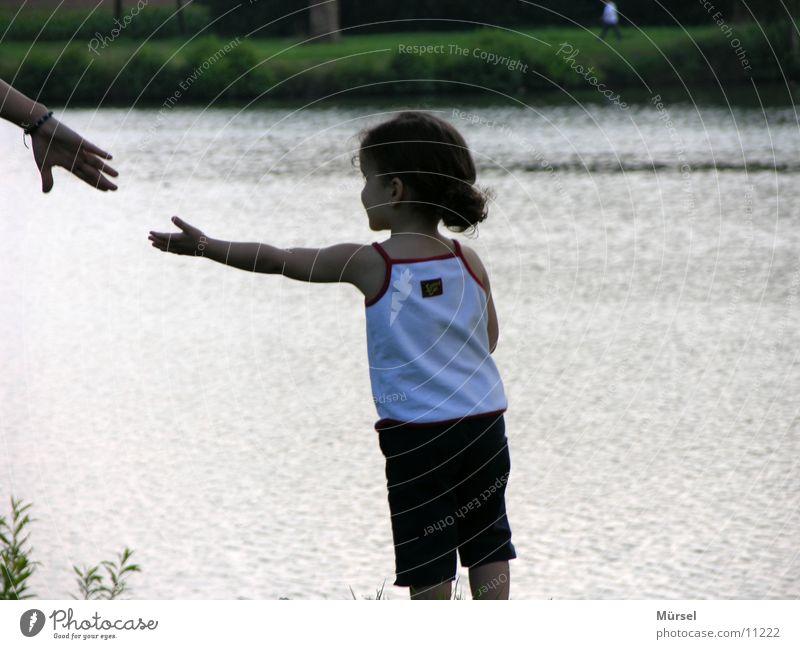 Zuneigung Kind Sicherheit Mädchen süß Sommer schön am see Liebe