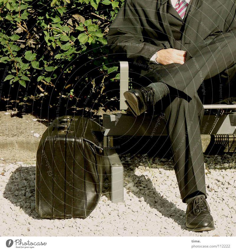 Der Anzug sitzt Mann PKW Schuhe Beine Business warten Erwachsene maskulin sitzen Bank Sträucher kaputt Wut Anzug Bahnhof Langeweile