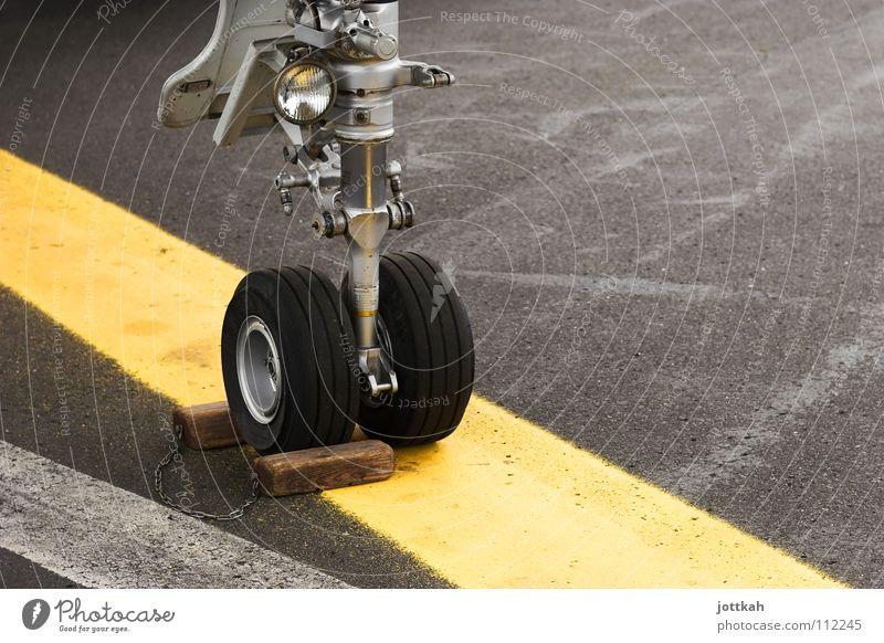 Bremsspur? Flugzeug Karosserie Fahrradbremse stoppen Halt stehen Linie gelb Fahrbahnmarkierung Asphalt Pause Sicherheit Luftverkehr Rad ausgebremst Bremsklotz