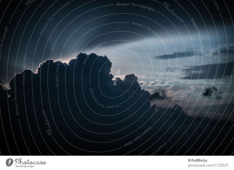 Sturmdämmerung Umwelt Himmel Wolken Gewitterwolken Wetter schlechtes Wetter ästhetisch bedrohlich Neugier dunkel Hoffnung Naturgewalt Lichterscheinung