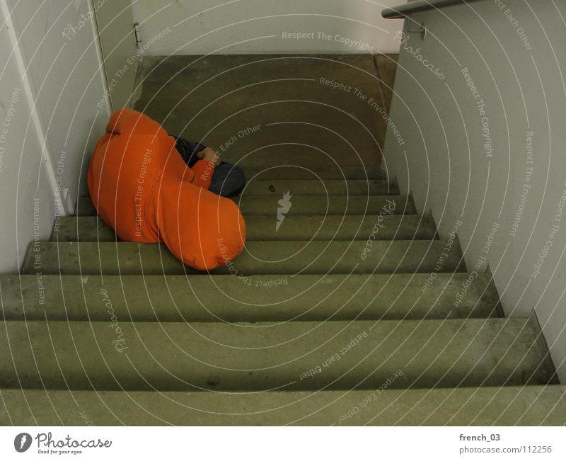 Am Ende Mensch Mann weiß Farbe Wand Traurigkeit Mauer Denken See Linie orange Treppe maskulin liegen kaputt Perspektive