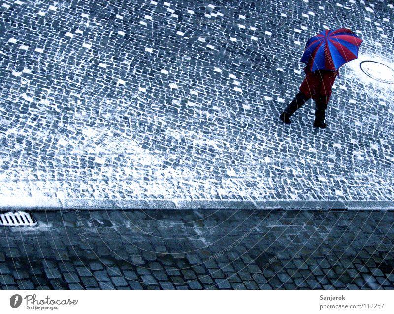 Glühwein, ich komme II Frau blau weiß Stadt rot Winter Straße kalt Schnee Wärme Herbst grau gehen Platz Regenschirm Physik