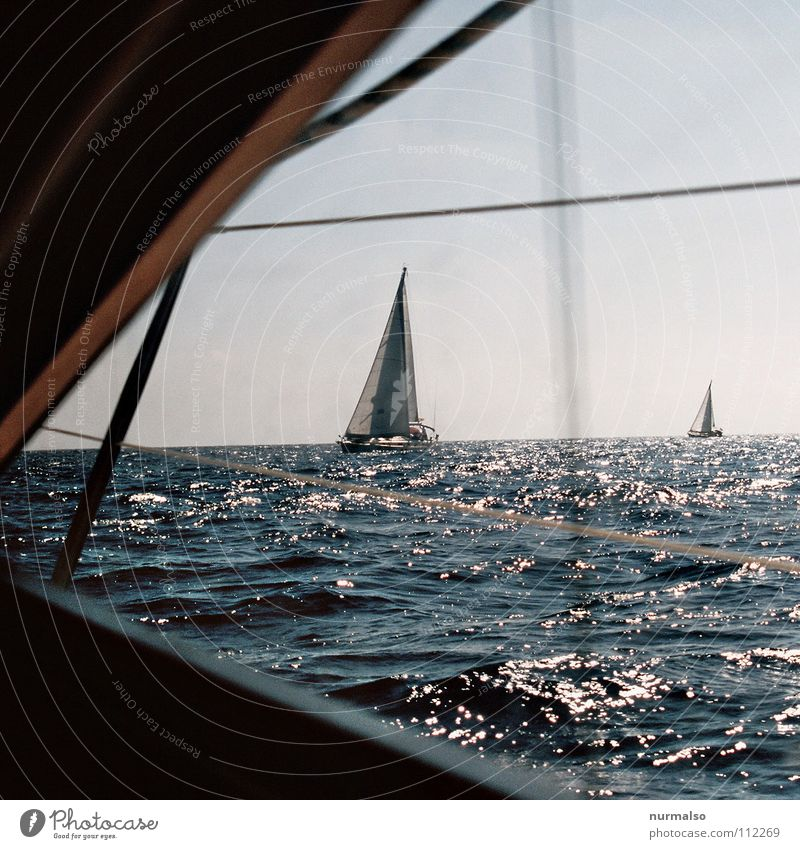 Abschied Sportboot Wasserfahrzeug Segelboot Meer kreuzen Regatta Horizont Zusteller Wellengang Sommer Physik Bullauge Aussicht Kapitän untergehen Beiboot