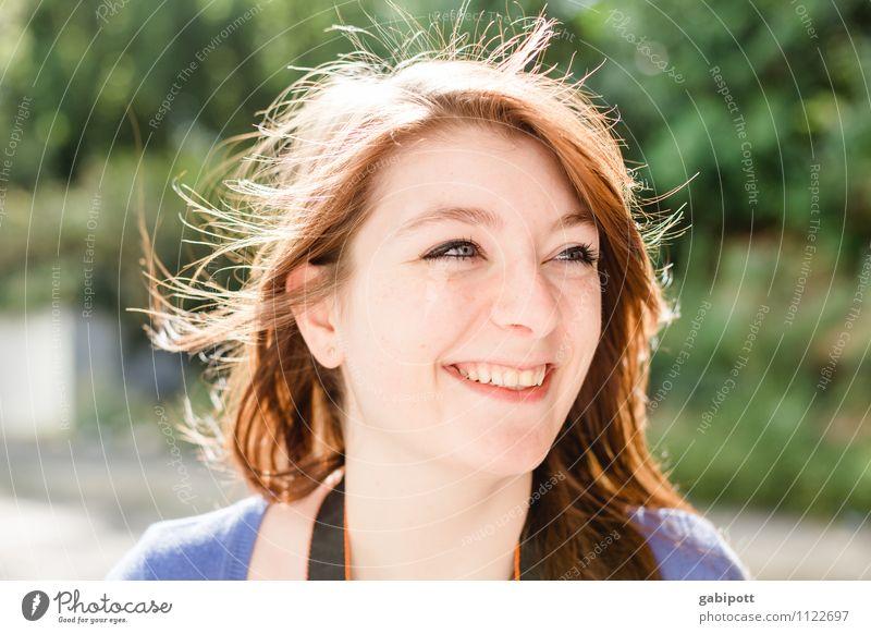 Junges Mädchen lacht in die Kamera Freude Leben Wohlgefühl Zufriedenheit Freizeit & Hobby Mensch feminin Junge Frau Jugendliche Erwachsene 1 13-18 Jahre Kind