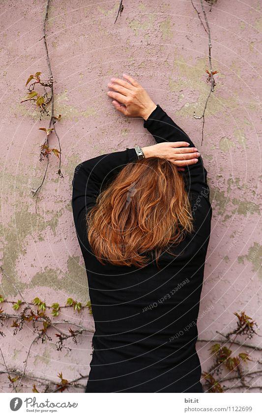 rosa Pause feminin Frau Erwachsene Haare & Frisuren 1 Mensch Mauer Wand Sicherheit Schutz Verschwiegenheit trösten Traurigkeit Sorge Trauer Liebeskummer