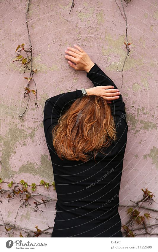 rosa Pause Mensch Frau Einsamkeit Erwachsene Wand Traurigkeit feminin Mauer Religion & Glaube Haare & Frisuren Angst Schutz Sicherheit geheimnisvoll Trauer