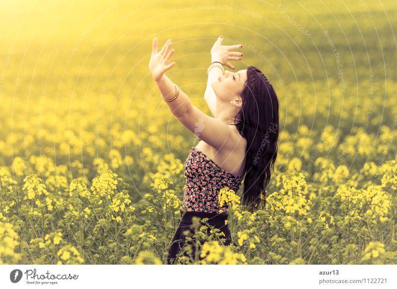 Unbeschwerte junge Frau streckt Hände zum Himmel im Sommer Mensch Natur Freude Erwachsene gelb Leben Gefühle Liebe Lifestyle Glück springen Zufriedenheit Kraft