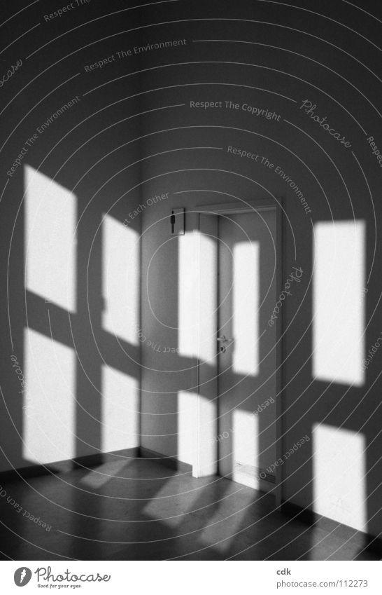 großes Karo Raum Flur Licht Schattenspiel Herrentoilette Griff weiß Symbole & Metaphern Orientierung Gemälde Wand Türrahmen Fenster dunkel graphisch Muster