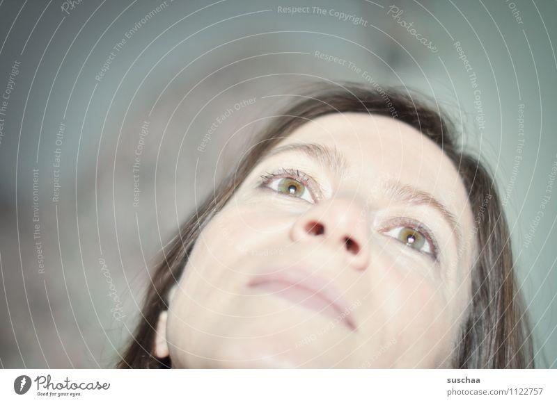 ich hör jetzt auf zu denken ... Kopf Mensch Frau Haare & Frisuren Auge Augenbraue Nase Nasenloch Mund Schwache Tiefenschärfe Blick Blick nach oben