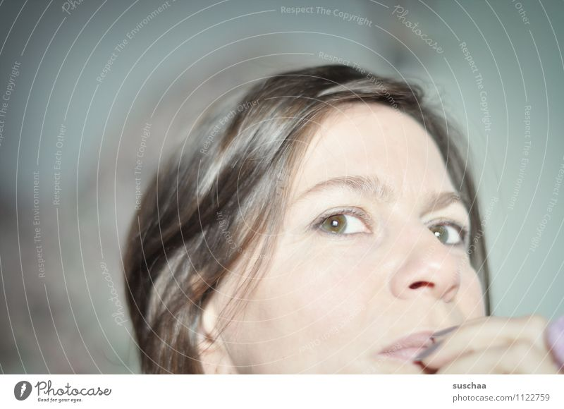 suschaa denkt nach ... Frau Kopf Haare & Frisuren brünett Auge Augenbraue Nase Mund Hand Finger Fingernagel Nahaufnahme Anschnitt Schwache Tiefenschärfe
