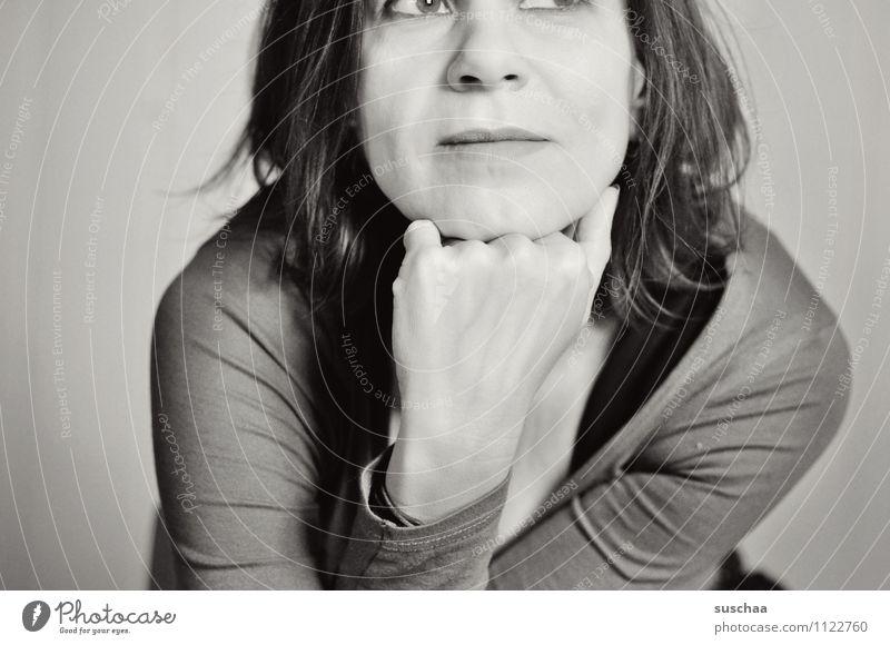 obendrüber oder untendrunter gucken Frau Porträt Schwarzweißfoto Lächeln Gesicht Nase Mund Haare & Frisuren Schulter Hand abstützen