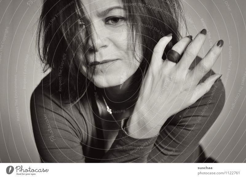 hm ... Frau feminin Porträt Gesicht Haare & Frisuren Auge Nase Mund Hand Finger lackiert Ring Schwarzweißfoto