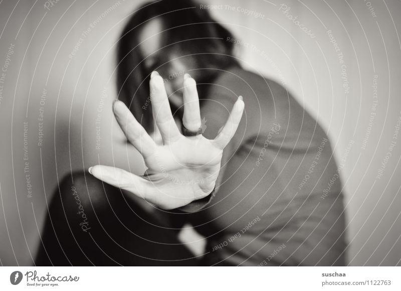 don't ... Frau Junge Frau sitzen Schwarzweißfoto Körper Kopf Haare & Frisuren Hand Finger Ring Schwache Tiefenschärfe Schutz Halt stoppen Einhalt