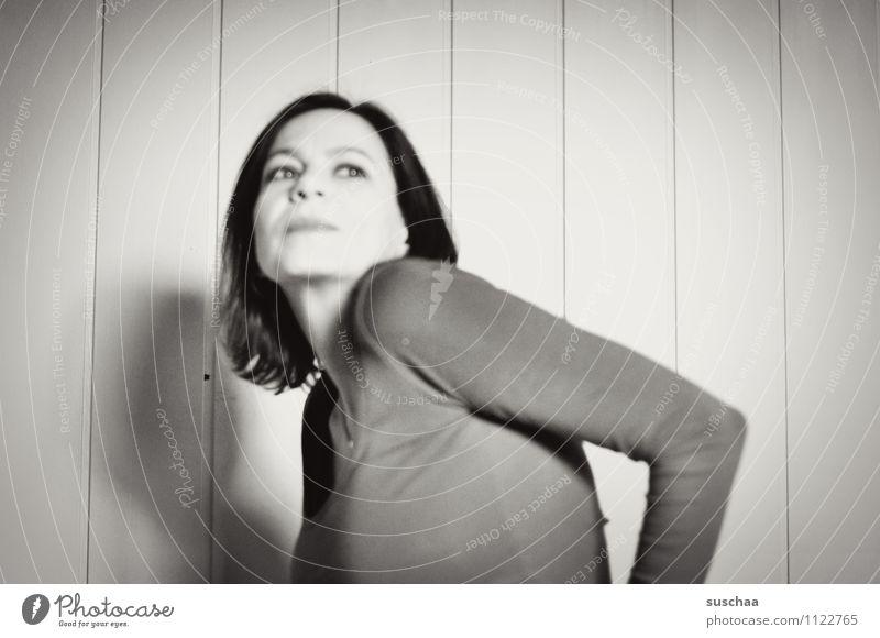 ellenbogen(gesellschaft) Frau Erwachsene Schwarzweißfoto Porträt Gesicht Haare & Frisuren Auge Nase Mund Arme Ellbogen unsozial