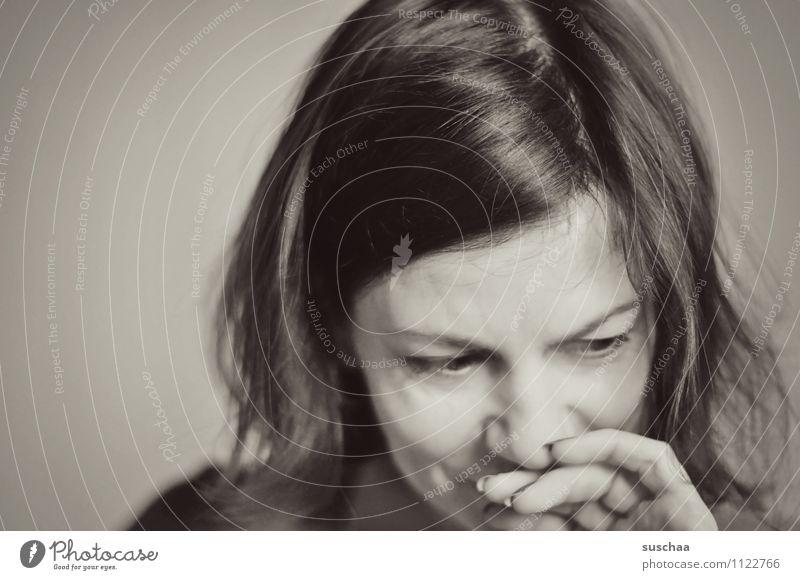 zu viel denken is auch nicht gut ... Frau Kopf Haare & Frisuren Seitenscheitel Gesicht Auge Nase Augenbraue Finger Hand Schwarzweißfoto