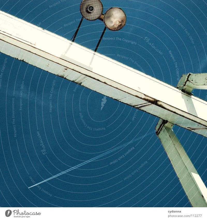 Geometric Heaven Stahl Flugzeug Streifen beobachten entdecken diagonal Lampe Licht Bildaufbau Konstruktion Luft Geometrie Industrie Luftverkehr Himmel Strommast