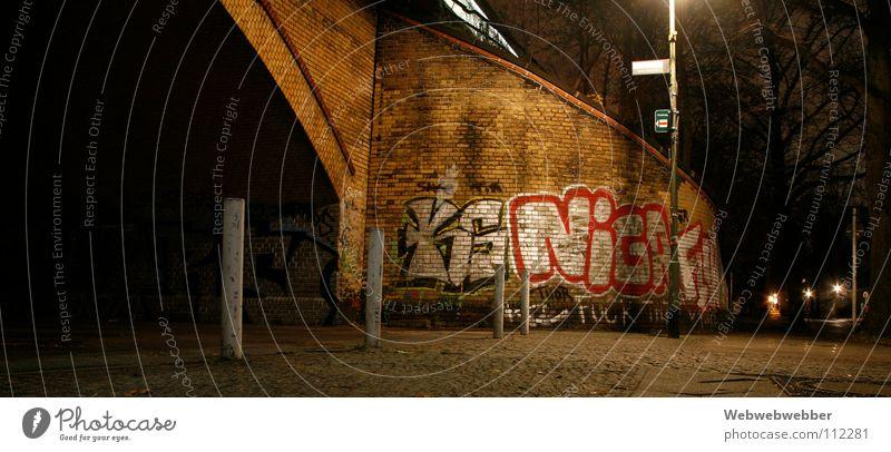 S-Bahn-Sprayer Wand bemalt Backstein Bürgersteig Einsamkeit Verbote Brücke graffity grafity night Berlin Pfosten tunner nightfever angeschmiert