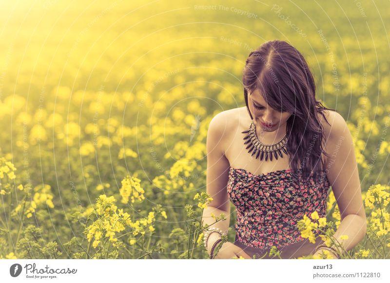 Nachdenkliche junge Frau mit gesenktem Kopf auf gelber Wiese Mensch Natur Sommer Einsamkeit Erwachsene Gefühle Liebe Lifestyle springen Bekleidung Konzentration