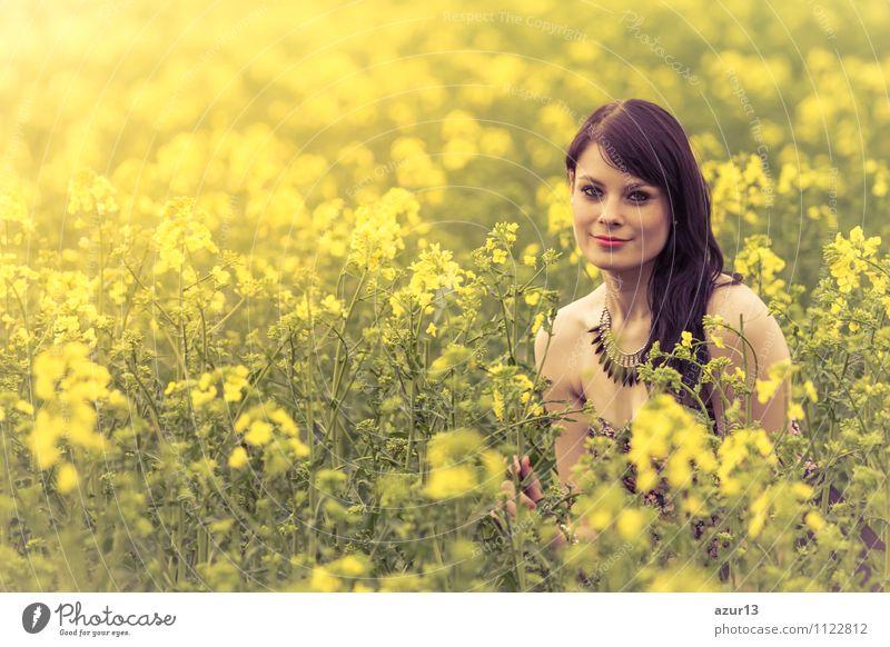 Schöne junge Frau in einer Blumenwiese im Frühling mit Sonne Mensch Natur Ferien & Urlaub & Reisen Jugendliche schön grün Sommer Erholung Erotik ruhig Freude