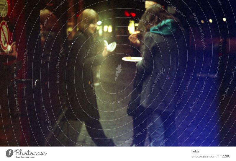 6 uhr morgens gelb Frau Stadt Clique Licht Reflexion & Spiegelung analog dunkel Nacht Mantel Morgen Club Menschengruppe blau imbis Rauchen Abend Ernährung