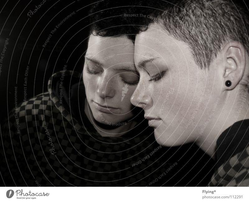 Selbstbildnis Frau Gesicht schwarz dunkel Traurigkeit Denken Nase Trauer Ohr Vertrauen Spiegel Verzweiflung Pullover Gedanke Punk Porträt