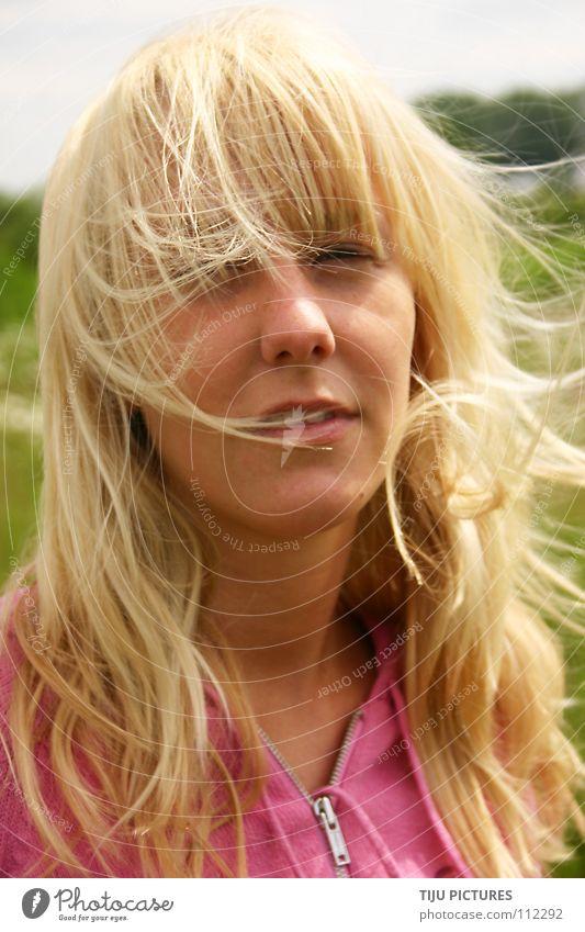 Golden Hair jule Frau grün Wiese Haare & Frisuren Kopf Luft blond rosa Wind langhaarig verträumt Porträt zerzaust lasziv strubbelig
