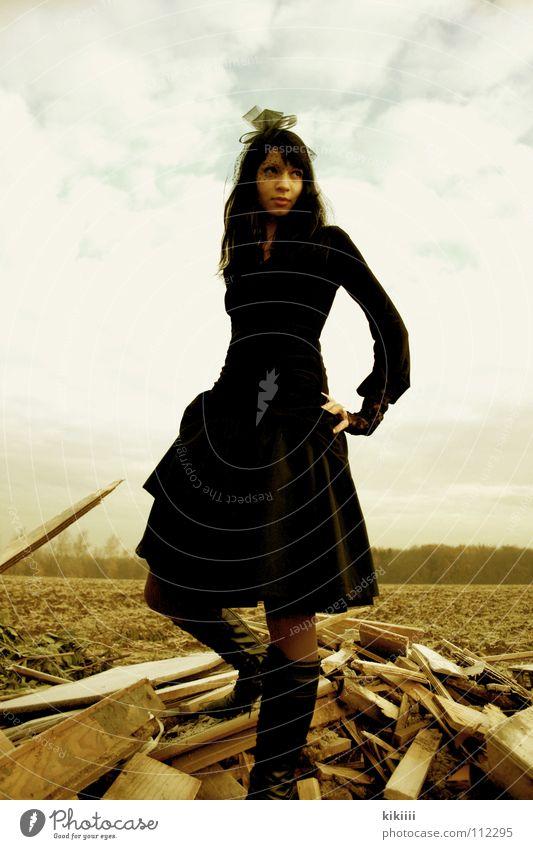 Lady In Black Himmel Winter schwarz Wolken gelb kalt Herbst Holz Feld Trauer Kleid verfallen historisch Hochmut Schleier dunkelhaarig