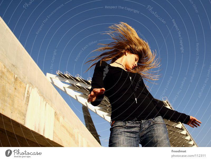 Schüttel dein Haupthaar für mich... Himmel schön Bewegung Haare & Frisuren Mode Linie fliegen Beton Aktion Dach gefroren Dynamik liebste