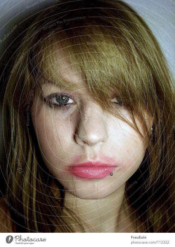 Wilde Party Absturz Rauschmittel fertig kaputt Alkoholisiert Lippen Lippenstift leer füllen Nacht Kopfschmerzen rosa Piercing Porträt Frau Gastronomie