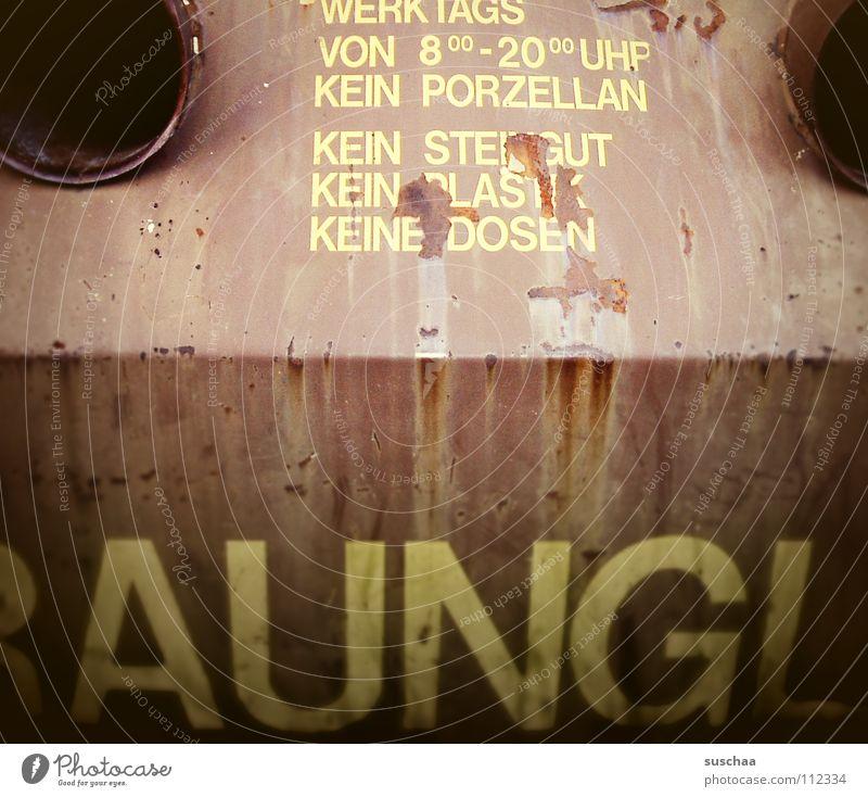 ..aungl(a).. braun Glas Schriftzeichen Müll Buchstaben Vergänglichkeit Rost Flasche Loch Schilder & Markierungen Verbote Dose Warnhinweis Container Briefkasten Recycling