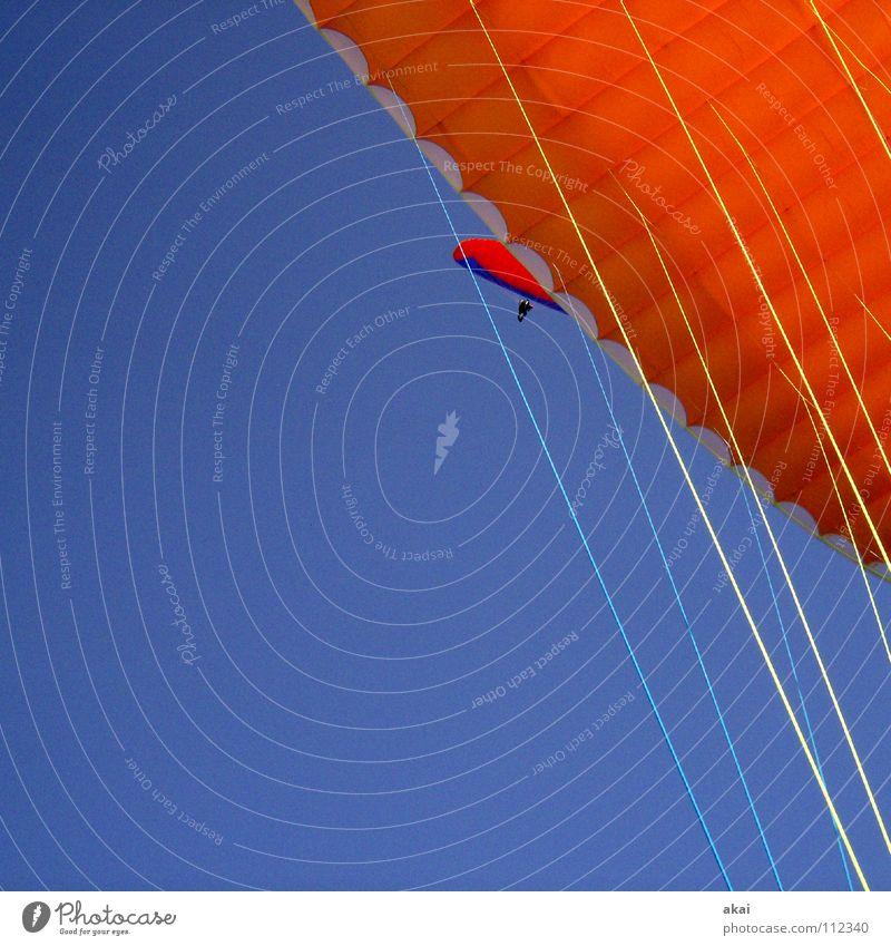 Paraglider Formation blau Freude Farbe orange Beginn Luftverkehr Freizeit & Hobby Fallschirm Gleitschirmfliegen Abheben himmelblau Flugsportarten Farbenspiel