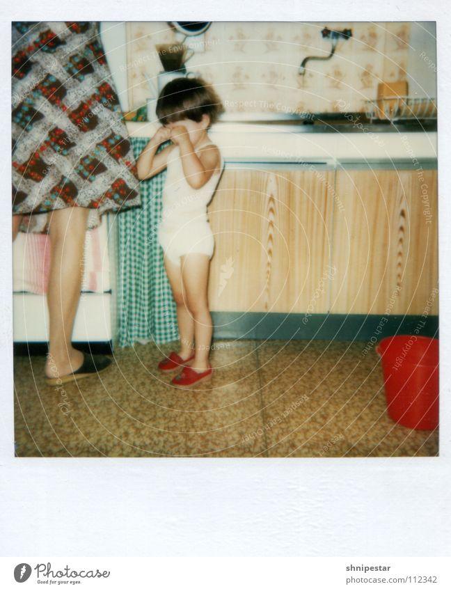 Das ist ja sooooo gemein! erfassen ausgebleicht old-school Linoleum Wasserhahn Küchenhandtücher Mädchen Kleinkind stur Mutter Geschirrspülen Kleid Nostalgie