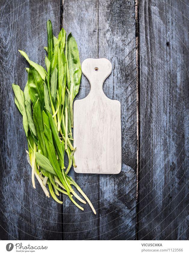 Bärlauch und weißes Schneidebrett Natur blau grün Farbe Sommer Blatt Gesunde Ernährung Leben Frühling Stil Essen Garten Lebensmittel wild Design