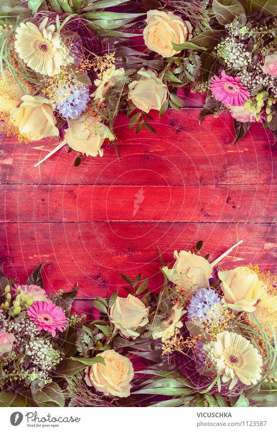 Blumen auf rotem Holztisch Natur Pflanze Sommer Blume rot Stil Holz Hintergrundbild Feste & Feiern Garten Lifestyle rosa Design Dekoration & Verzierung elegant Geburtstag