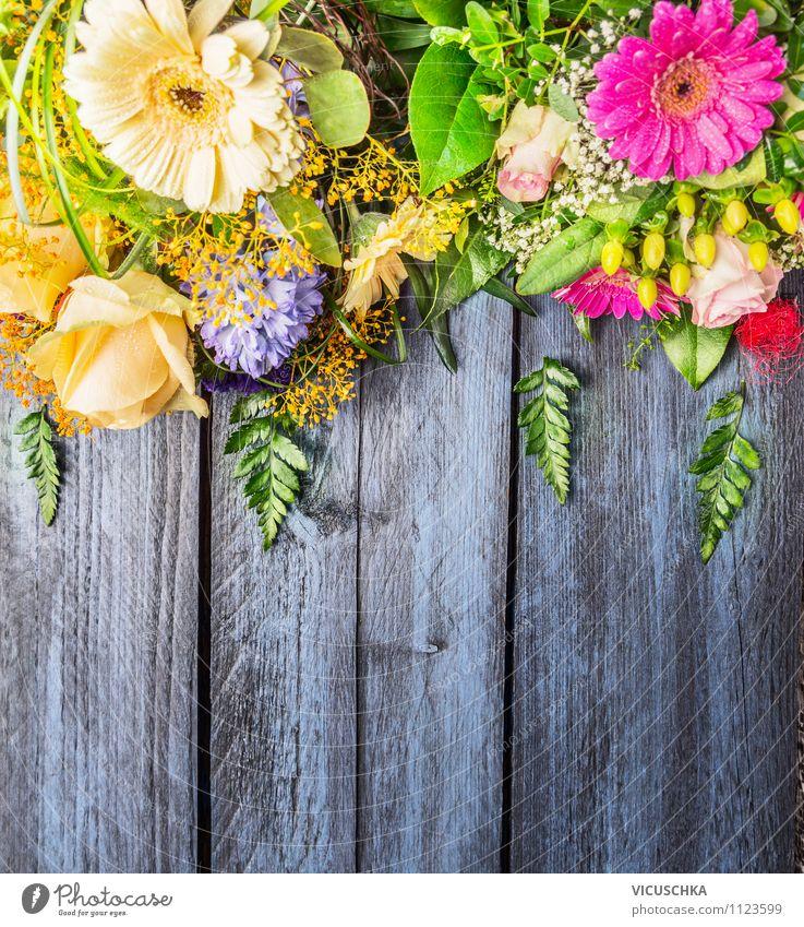 Sommer Blumen auf blauem Holztisch Natur Pflanze blau grün schön Sommer Blume Freude gelb Liebe Innenarchitektur Stil Hintergrundbild Holz Garten Lifestyle