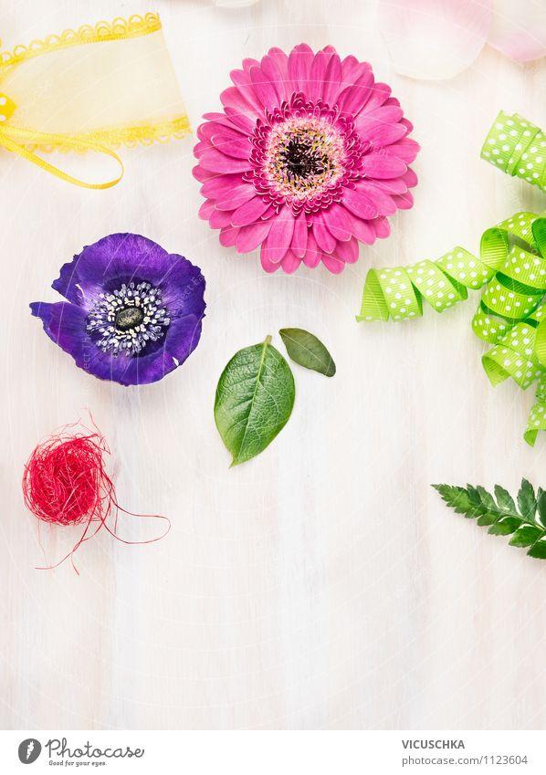 Blumen mit Schleifen auf weißem Holztisch Natur Pflanze Sommer Blatt Freude Innenarchitektur Stil Hintergrundbild Feste & Feiern rosa Freizeit & Hobby Design